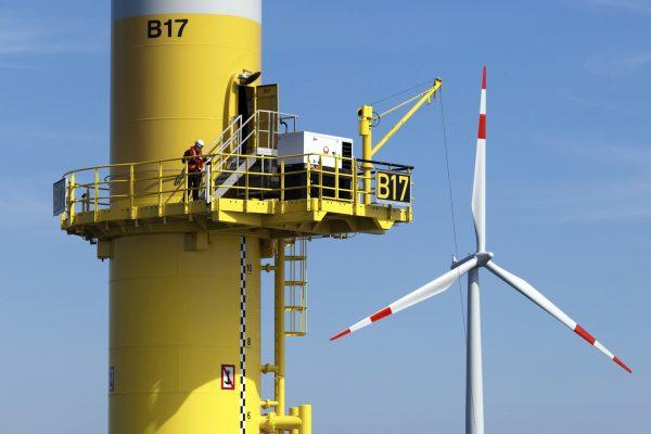 In der Ostsee ist im Mai 2011 der erste kommerzielle Offshore-Windpark Deutschlands in den Vollbetrieb gegangen. Der Windpark mit einer installierten Gesamtleistung von 48,3 Megawatt (MW) wird vom deutschen Energieversorger EnBW Energie Baden-Württemberg AG betrieben. Das Projekt EnBW Baltic 1 besteht aus 21 Windenergieanlagen von Siemens mit einer Leistung von je 2,3 MW und einem Rotordurchmesser von 93 Metern. EnBW Baltic 1 wird mehr als 50.000 deutsche Haushalte mit umweltfreundlichem Strom versorgen. Siemens Energy errichtete die Windenergieanlagen rund 16 Kilometer nördlich der Halbinsel Darß/Zingst auf einem Areal von rund sieben Quadratkilometern.   Located in the Baltic Sea, Germany's first commercial offshore wind farm officially came on line in May 2011. The wind farm with a total installed capacity of 48,3 megawatts (MW) is operated by the German utility EnBW Energie Baden-Württemberg AG. The project EnBW Baltic 1 consists of 21 Siemens wind turbines, each with a capacity of 2.3 MW and a rotor diameter of 93 meters. The EnBW Baltic 1 wind farm will supply more than 50,000 German households with clean electricity. Siemens Energy constructed the facility in an area covering about seven square kilometers in the Baltic Sea, located approximately 16 kilometers north of the Darss/Zingst peninsula.